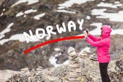 Τουρίστας που παίρνει τη φωτογραφία από την άποψη Νορβηγία Dalsnibba Στοκ εικόνες με δικαίωμα ελεύθερης χρήσης