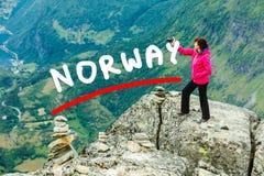 Τουρίστας που παίρνει τη φωτογραφία από την άποψη Νορβηγία Dalsnibba Στοκ εικόνα με δικαίωμα ελεύθερης χρήσης
