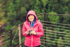 Τουρίστας που παίρνει τη φωτογραφία στα βουνά Νορβηγία Στοκ φωτογραφία με δικαίωμα ελεύθερης χρήσης