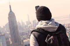 Τουρίστας που παίρνει τη φωτογραφία της πόλης της Νέας Υόρκης στοκ φωτογραφίες