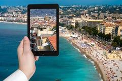 Τουρίστας που παίρνει τη φωτογραφία της πόλης της Νίκαιας στην κυανή ακτή Στοκ φωτογραφία με δικαίωμα ελεύθερης χρήσης