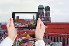 Τουρίστας που παίρνει τη φωτογραφία Frauenkirche στο Μόναχο Στοκ φωτογραφία με δικαίωμα ελεύθερης χρήσης