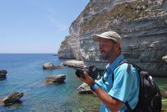 Τουρίστας που παίρνει τις φωτογραφίες των απότομων βράχων Bonifacio Στοκ φωτογραφίες με δικαίωμα ελεύθερης χρήσης