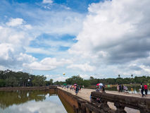 Τουρίστας που περπατά πίσω μετά από να επισκεφτεί Angkor Wat, Καμπότζη Στοκ εικόνες με δικαίωμα ελεύθερης χρήσης