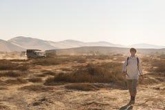 Τουρίστας που περπατά σε Sossusvlei, έρημος Namib, εθνικό πάρκο Namib Naukluft, scanic desetination ταξιδιού στη Ναμίμπια Περιπέτ Στοκ φωτογραφίες με δικαίωμα ελεύθερης χρήσης