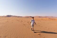 Τουρίστας που περπατά στους φυσικούς αμμόλοφους Sossusvlei, έρημος Namib, εθνικό πάρκο Namib Naukluft, Ναμίμπια Περιπέτεια και εξ Στοκ φωτογραφία με δικαίωμα ελεύθερης χρήσης