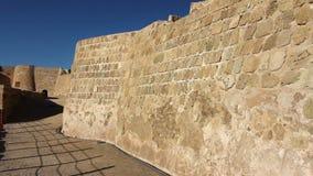 τουρίστας που περπατά στο οχυρό Qal'at Al-Μπαχρέιν απόθεμα βίντεο