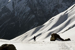 Τουρίστας που περπατά στο στρατόπεδο βάσεων Annapurna Στοκ Εικόνες