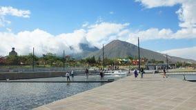 Τουρίστας που περπατά στο Ciudad Mitad del Mundo turistic κέντρο πλησίον της πόλης του Κουίτο Στοκ Εικόνα
