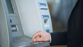Τουρίστας που πληκτρολογεί τον κωδικό ασφαλείας και που λαμβάνει τα ιαπωνικά γεν, που καταθέτουν σε τράπεζα για τους ταξιδιώτες απόθεμα βίντεο