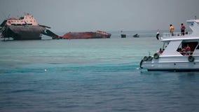 Τουρίστας που προσέχει το βυθισμένο σκάφος στη θάλασσα απόθεμα βίντεο