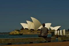 Τουρίστας που φαίνεται η εικονική Όπερα του Σίδνεϊ Hous οπερών του Σίδνεϊ στοκ εικόνες