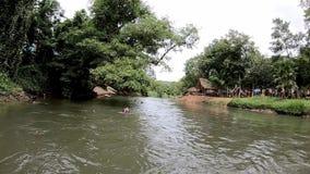 Τουρίστας που φορά ένα σακάκι ζωής που επιπλέει στο νερό στον ποταμό τη ροή του φράγματος Kaeng Krachan σε Phetchaburi στην Ταϊλά φιλμ μικρού μήκους