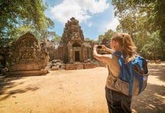 Τουρίστας που φωτογραφίζει την είσοδο στο ναό σε Angkor, Καμπότζη Στοκ Εικόνες