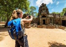 Τουρίστας που φωτογραφίζει το αρχαίο gopura σε Angkor, Καμπότζη Στοκ φωτογραφία με δικαίωμα ελεύθερης χρήσης