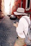 Τουρίστας που χρησιμοποιεί τη ναυσιπλοΐα app στο κινητό τηλέφωνο μικρό ταξίδι χαρτών του Δουβλίνου έννοιας πόλεων αυτοκινήτων Στοκ Εικόνες