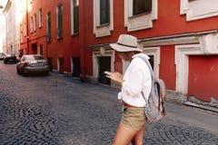 Τουρίστας που χρησιμοποιεί τη ναυσιπλοΐα app στο κινητό τηλέφωνο μικρό ταξίδι χαρτών του Δουβλίνου έννοιας πόλεων αυτοκινήτων Στοκ φωτογραφία με δικαίωμα ελεύθερης χρήσης