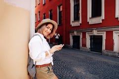 Τουρίστας που χρησιμοποιεί τη ναυσιπλοΐα app στο κινητό τηλέφωνο μικρό ταξίδι χαρτών του Δουβλίνου έννοιας πόλεων αυτοκινήτων Στοκ Φωτογραφία