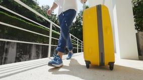 Τουρίστας που ψάχνει το δωμάτιο με την κίτρινη βαλίτσα φιλμ μικρού μήκους