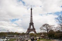 Τουρίστας πλησίον του πύργου του Άιφελ στοκ εικόνες