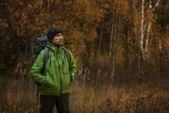 Τουρίστας σε ένα δάσος φθινοπώρου Στοκ Εικόνα