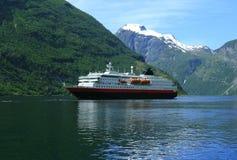 τουρίστας σκαφών φιορδ geirange Στοκ Εικόνες
