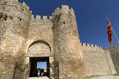 Τουρίστας στην επίσκεψη στην πύλη του φρουρίου Samuil βασιλιάδων στη Οχρίδα, Μακεδονία στοκ φωτογραφίες με δικαίωμα ελεύθερης χρήσης