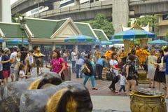 Τουρίστας στη λάρνακα Ratchaprasong Erawan στοκ εικόνες