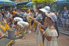 Τουρίστας στη λάρνακα Ratchaprasong Erawan στοκ φωτογραφία με δικαίωμα ελεύθερης χρήσης