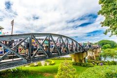 Τουρίστας στη γέφυρα του ποταμού Kwai Στοκ φωτογραφία με δικαίωμα ελεύθερης χρήσης