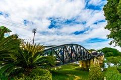 Τουρίστας στη γέφυρα του ποταμού Kwai Στοκ Εικόνες