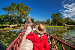 Τουρίστας στις αρχαίες καταστροφές της Ταϊλάνδης Στοκ Εικόνα
