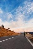 Τουρίστας στο δρόμο βουνών Στοκ Εικόνα