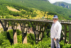 Τουρίστας στο υπόβαθρο της γέφυρας στοκ εικόνες