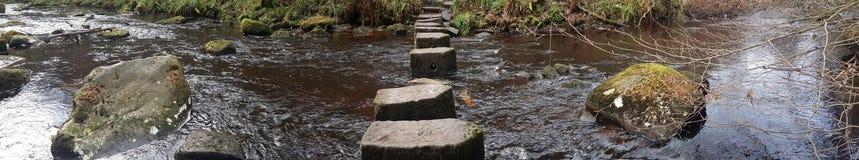 Τουρίστας της Αγγλίας Ηνωμένο Βασίλειο Γιορκσάιρ Hebden περπατώντας πετρών στοκ εικόνα με δικαίωμα ελεύθερης χρήσης