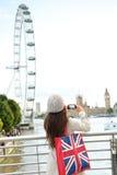 Τουρίστας του Λονδίνου που παίρνει την εικόνα του ποταμού Τάμεσης Στοκ φωτογραφία με δικαίωμα ελεύθερης χρήσης