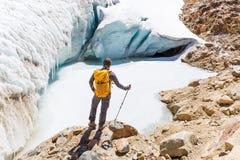Τουρίστας Backpacker που στέκεται επάνω από τον παγωμένο παγετώνα λιμνών πάγου, ταξίδι της Βολιβίας Στοκ εικόνες με δικαίωμα ελεύθερης χρήσης