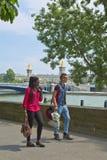 Τουρίστας Fashionned που περπατά στην οδό του Παρισιού στοκ εικόνες