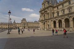 Τουρίστας Fashionned που περπατά στην οδό του Παρισιού στοκ εικόνες με δικαίωμα ελεύθερης χρήσης