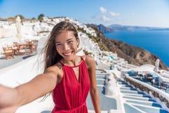 Τουρίστας Selfie διακοπών ταξιδιού - γυναίκα Santorini στοκ φωτογραφία