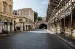 Τουρίστες ανδρών και γυναικών στην πόλη μέσω της οδού του Μιλάνου στην πόλη της Ρώμης τον Ιούνιο του 2013 Italyof Ρώμη Ιταλία 21  στοκ εικόνα με δικαίωμα ελεύθερης χρήσης