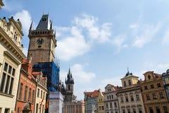 Τουρίστες ανθρώπων που επισκέπτονται στον παλαιό πύργο Δημαρχείων στην παλαιά πλατεία της πόλης, περιοχή παγκόσμιων κληρονομιών τ Στοκ εικόνα με δικαίωμα ελεύθερης χρήσης