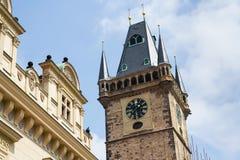 Τουρίστες ανθρώπων που επισκέπτονται στον παλαιό πύργο Δημαρχείων στην παλαιά πλατεία της πόλης, περιοχή παγκόσμιων κληρονομιών τ Στοκ φωτογραφία με δικαίωμα ελεύθερης χρήσης