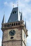 Τουρίστες ανθρώπων που επισκέπτονται στον παλαιό πύργο Δημαρχείων στην παλαιά πλατεία της πόλης, περιοχή παγκόσμιων κληρονομιών τ Στοκ εικόνες με δικαίωμα ελεύθερης χρήσης