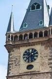 Τουρίστες ανθρώπων που επισκέπτονται στον παλαιό πύργο Δημαρχείων στην παλαιά πλατεία της πόλης, περιοχή παγκόσμιων κληρονομιών τ Στοκ φωτογραφίες με δικαίωμα ελεύθερης χρήσης