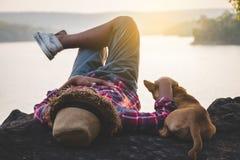 Τουρίστες ατόμων στην όμορφη φύση στην ήρεμη σκηνή Στοκ Φωτογραφίες