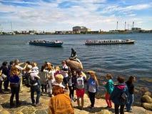 Τουρίστες γύρω από τη μικρή γοργόνα Στοκ Φωτογραφίες