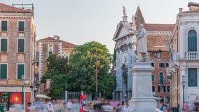 Τουρίστες γύρω από το μνημείο Niccolo Tommaseo timelapse στο Campo Santo Stefano τετράγωνο πόλεων Ιταλία Βενετία απόθεμα βίντεο