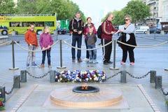 Τουρίστες κάτω από Arc de Triomphe Στοκ εικόνα με δικαίωμα ελεύθερης χρήσης