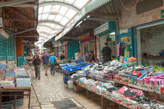 Τουρίστες και αγοραστές που περπατούν από τον Τούρκο του στρέμματος bazaar Στοκ Φωτογραφία